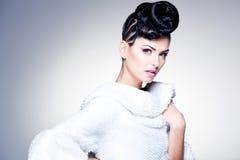 Skönhet sköt av den härliga kvinnan som ha på sig yrkesmässigt smink och frisyren Royaltyfria Bilder
