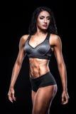 Studioskott av den perfekta kroppen av kroppsbyggarekvinnlign; royaltyfria foton