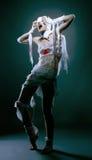 Studioskott av den slanka modellen som poserar som läskig mamma Royaltyfri Fotografi
