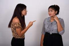 Studioskott av den unga ilskna persiska kvinnan som pekar på ungt fett P royaltyfria foton