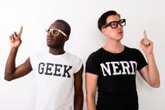 Studioskott av den unga svarta afrikanska Geekmannen med europeisk Nerd M royaltyfria bilder