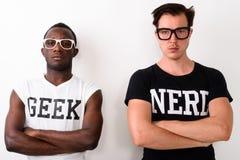 Studioskott av den unga svarta afrikanska Geekmannen med europeisk Nerd M royaltyfri bild