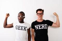 Studioskott av den unga svarta afrikanska Geekmannen med europeisk Nerd M royaltyfri fotografi