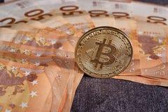 Studioskott av det fysiska guld- myntet för bitcoin på 50 euroräkningsedlar Bitcoin är en crypto valuta för blockchain Royaltyfri Bild