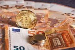 Studioskott av det fysiska guld- myntet för bitcoin på 50 euroräkningsedlar Bitcoin är en crypto valuta för blockchain Fotografering för Bildbyråer