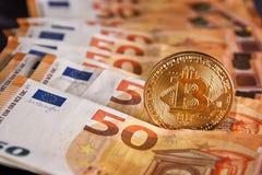 Studioskott av det fysiska guld- myntet för bitcoin på 50 euroräkningsedlar Bitcoin är en crypto valuta för blockchain Royaltyfria Bilder