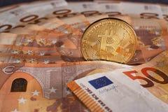 Studioskott av det fysiska guld- myntet för bitcoin på 50 euroräkningsedlar Bitcoin är en crypto valuta för blockchain Royaltyfri Fotografi