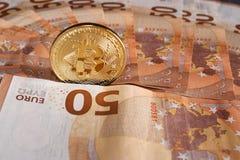 Studioskott av det fysiska guld- myntet för bitcoin på 50 euroräkningsedlar Bitcoin är en crypto valuta för blockchain Arkivbilder