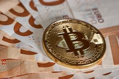 Studioskott av det fysiska guld- myntet för bitcoin på 50 euroräkningsedlar Bitcoin är en crypto valuta för blockchain Makro Arkivfoto