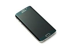 Studioskott av en grön smartphone för kant för Samsung galax S6 Arkivfoton