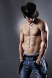 Studioskott av en shirtless och muskulös modell Arkivfoton