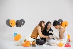 Studioskott av familjen, två kvinna och en pojke som förbereder utsmyckat Co fotografering för bildbyråer