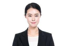 Studioskott av unga asiatiska den isolerade kvinnaståenden - Arkivbild