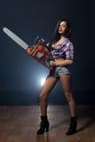 Studioskottet av den varma modellen annonserar chainsawen Arkivbild