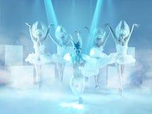 Studioskottet av gruppen av moderna dansare på blå bakgrund arkivfoto