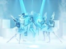 Studioskottet av gruppen av moderna dansare på blå bakgrund royaltyfri foto