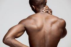 Studioskottet av mannen med smärtar i hals fotografering för bildbyråer