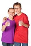 Studioskottet på vit av att dricka för syskongrupp mjölkar Royaltyfria Bilder