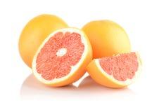 Studioskottet skivade några grapefrukter isolerad vit Fotografering för Bildbyråer