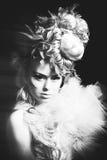 Studiospruit van vrouw met creatieve kapsel, make-up en kleding Royalty-vrije Stock Foto