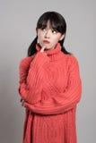 Studiostående av 20 asiatiska kvinnor i djupt problem Arkivbilder