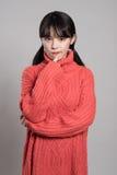 Studiostående av 20 asiatiska kvinnor i djupt problem Arkivfoton