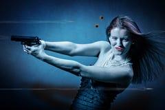 Kvinna med ett vapen Fotografering för Bildbyråer