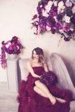 Studiostående av den blommande ursnygga blonda damen i fantastiskt CR Royaltyfri Fotografi