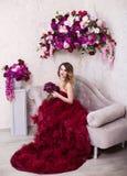Studiostående av den blommande ursnygga blonda damen i fantastiskt CR Fotografering för Bildbyråer