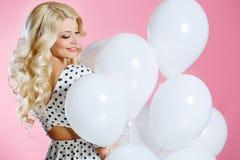 Studiostående av den härliga kvinnan med ballonger royaltyfria foton