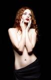 Studiostående av den härliga rödhåriga kvinnan på svart bakgrund arkivfoton