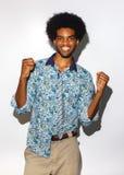 Studiostående av den kalla svarta unga mannen med retro afro hår som isoleras på vit bakgrund Royaltyfri Bild