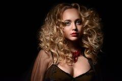 Studiostående av den lockiga blondinen Royaltyfria Bilder
