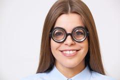 Studiostående av den roliga unga affärskvinnan i nerdexponeringsglas Royaltyfria Foton