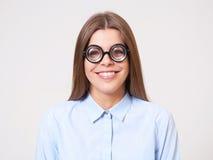Studiostående av den roliga unga affärskvinnan i nerdexponeringsglas Arkivbild