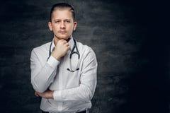 Studiostående av den unga medicinska doktorn royaltyfria foton