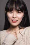 Studiostående av en asiatisk womanStudiostående för lycklig tjugotal av en lycklig tjugotalasiatkvinna Arkivbilder