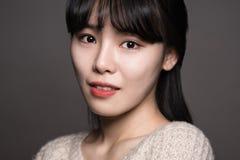 Studiostående av en asiatisk womanStudiostående för lycklig tjugotal av en lycklig tjugotalasiatkvinna Arkivfoto