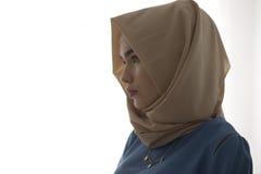 Studiostående av en flicka i en muslimsk klänning på en vit bakgrund Royaltyfria Bilder