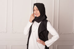 Studiostående av en flicka i en muslimsk klänning på en vit bakgrund Fotografering för Bildbyråer