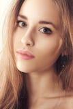 Studiostående av en härlig ung blond kvinna arkivfoto