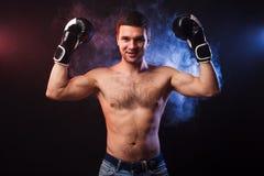 Studiostående av en muskulös boxare i yrkesmässiga handskar av Eu royaltyfria foton