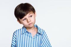 Studiostående av en pojke som svikas, därför att han inte får vad han önskar Arkivfoton