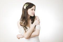 Studiostående av en ung härlig brud i en vit klänning Royaltyfria Bilder