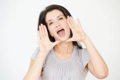 Studiostående av kvinnan som ropar in mot kamera Royaltyfri Bild