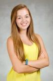 Studiostående av lyckligt tonårigt le för flicka Royaltyfri Bild
