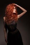 Redheadkvinna med långt hår Arkivbild
