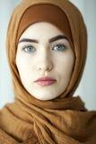 Studiostående av unga kvinnor från den östliga framsidan av den traditionella muslimska huvudbonaden Royaltyfri Fotografi