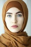 Studiostående av unga kvinnor från den östliga framsidan av den traditionella muslimska huvudbonaden Arkivbild
