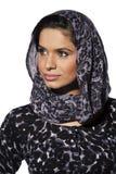 Studiostående av ungt bära för kvinna för östlig indier head avskummar royaltyfria foton